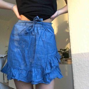 Ljusblå volang kjol som är inköpt på Lindex barnavdelning, ena hällan har gått sönder men går mycket lätt att laga  Nypris var 199kr   Kan mötas i Linköping men även frakta