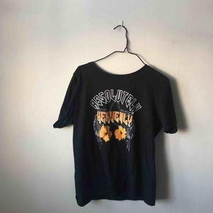 Rockig t-shirt från Gina. Möts upp i Norrtälje/Stockholm/Täby och tar swish.