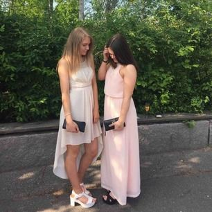 Klänning använd 1 gång år 2016, har bara legat i garderoben sen dess. Köpt på en inredningsbutik. Den är nude/ljusrosa
