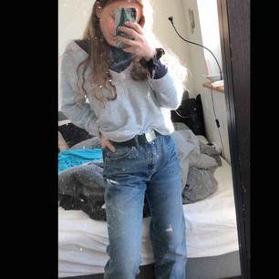 Tvingas tyvärr sälja mina Lee Jeans då de är för stora i midjan. De funkar bra med bälte/skärp för mig som har w26-27. Hög midja, raka stuprörsben och enligt mig sitter fickorna perfekt! (högt upp och varken för nära eller långt ifrån varandra).