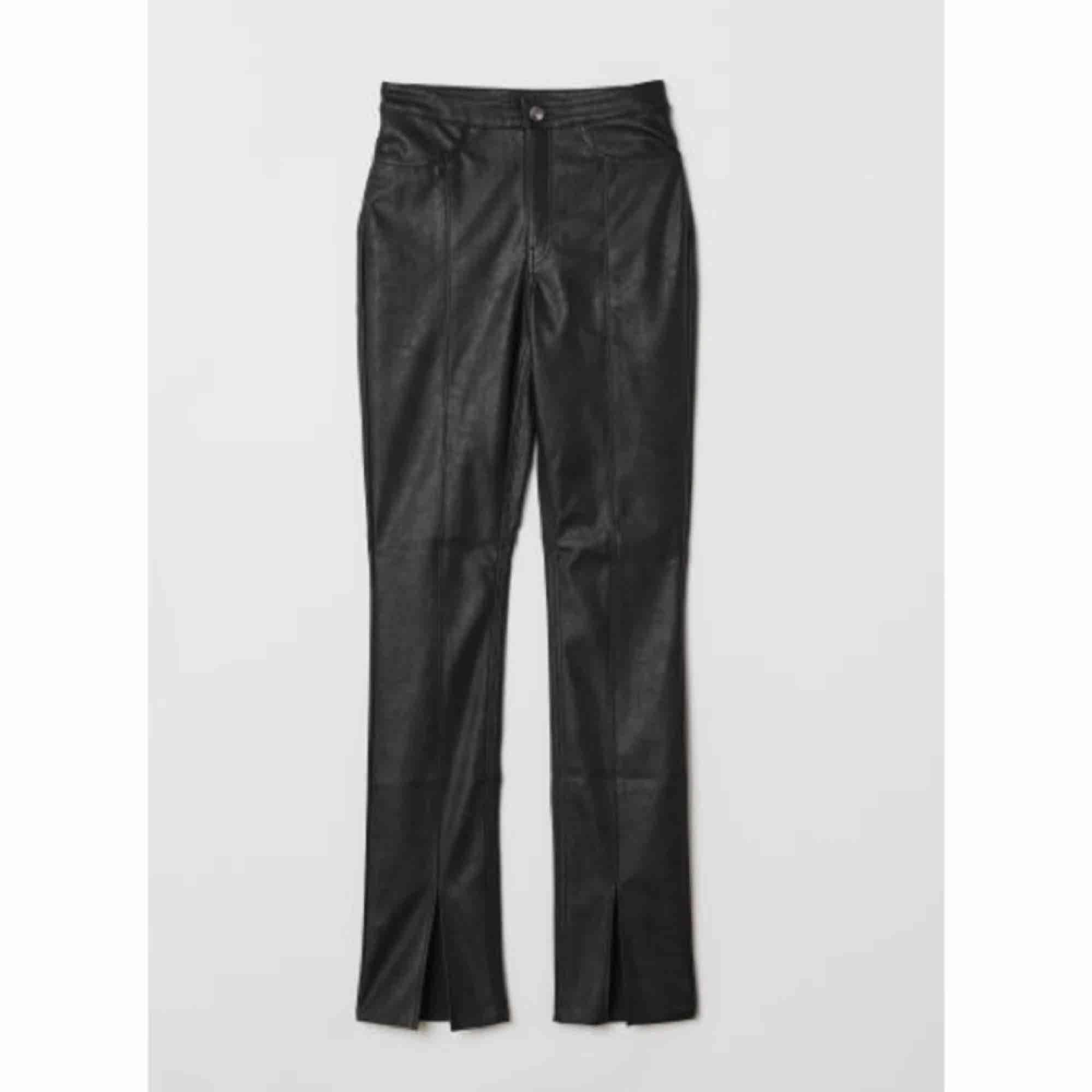 Intressekoll (!!) på dessa as snygga skinnbyxorna med slits fram från hm. Använt fåtal gånger, inköpt för 1år sen.Jag säljer om jag får högt bud. Lägsta priset är 149kr.Sitter så snyggt💕💕 passar 34/36. . Jeans & Byxor.
