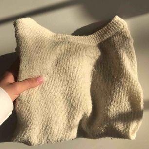 En fin tröja från Monki i färgen beige, använd ett fåtal ggr i storlek S▫️