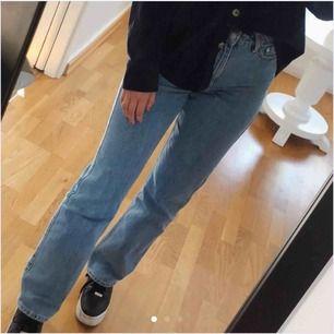 säljer dessa weekday jeans i modellen row då dem var lite stora. köpt här på plick💞