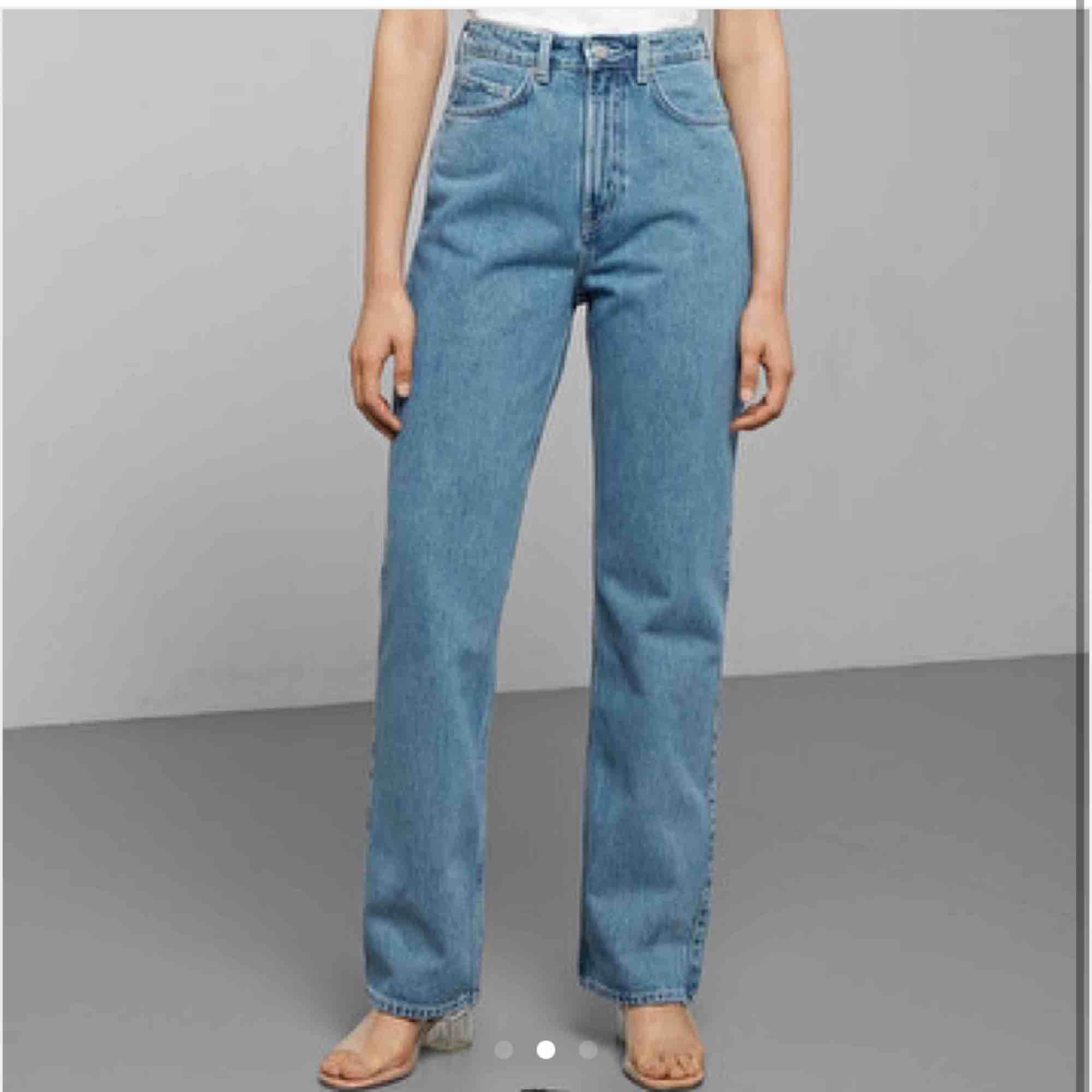 säljer dessa weekday jeans i modellen row då dem var lite stora. köpt här på plick💞först till kvarn! Snapp affär. Jeans & Byxor.