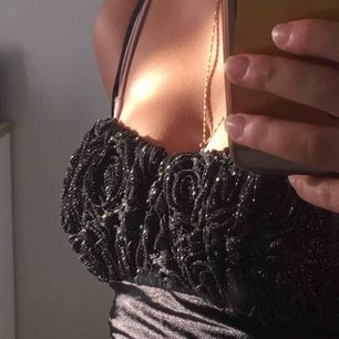 jätte fin mörk och glittrig klänning, köpare står för frakt. fråga gärna om fler bilder