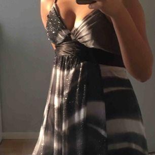 jätte fin fladdrig klänning, köparen står för frakt