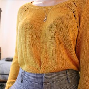 Asmysig stickad tröja i fint skick från märket Only. Står storlek XL, men är väldigt fin som oversized. Priset är exklusive frakt. Säljer pga används ej längre Kan mötas upp i Karlstad eller frakta