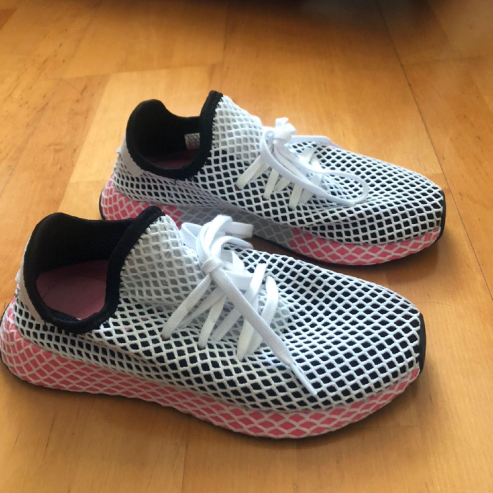Adidas deerupt runner. Använda Max 2 ggr, i utmärkt skick!   Hör av er vid intresse.  Kan mötas i både Göteborg och Malmö.  Fraktkostnaden står köparen för.   . Skor.