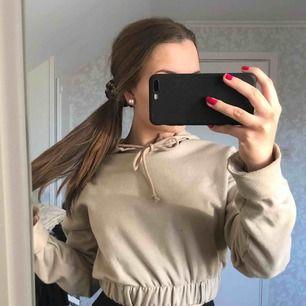 Supersnygg beige croppad hoodie från Bohoo som aldrig kommit till användning, helt ny!⚡️