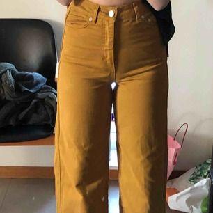 Ett par jättesnygg byxor från Weekday! Bra skick! Säljer pga att de är för små