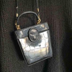 Retro väska från ???, i fakeläder med gulddetaljer!! Hur fin som helst men i väl använt skick. Väskband går att byta!