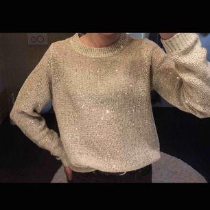 En glittrig stickad tröja från Vero Moda. Den är bara använd en gång så är precis som ny, därav priset. Skriv gärna om det något mer ni undrar✨☁️