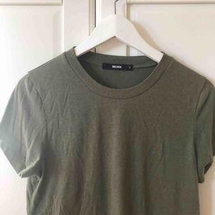 Snygg t-shirt från bikbok i grönt. Knappt använd, i väldigt bra skick. Frakt går på 15kr😋