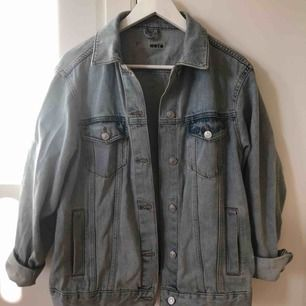 Super snygg jeansjacka från topshop, används inte längre. Köparen står för frakt (60kr)