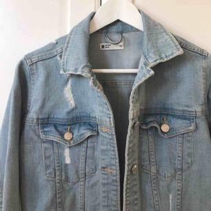 Helt ny, aldrig använd jeansjacka med slitningar från Gina. Frakt tillkommer💋😊