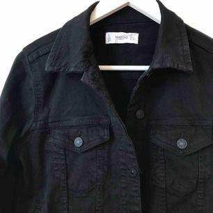 Jättefin jeansjacka i svart, i bra skick då den kommit till användning fåtal gånger. Den är i stretchigt tyg och har fickor. Frakt tillkommer 😇💋