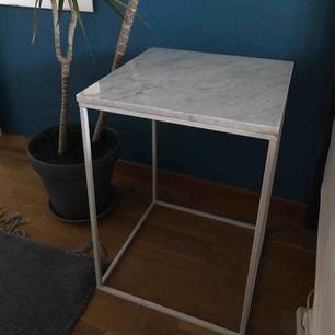 Litet marmorbord köpt för ca 2 år sedan på Åhléns för 1000kr. Jättebra skick. Jag använder det nu som nattduksbord. Hör av dig för detaljer, mått osv. Köparen får komma och hämta bordet.