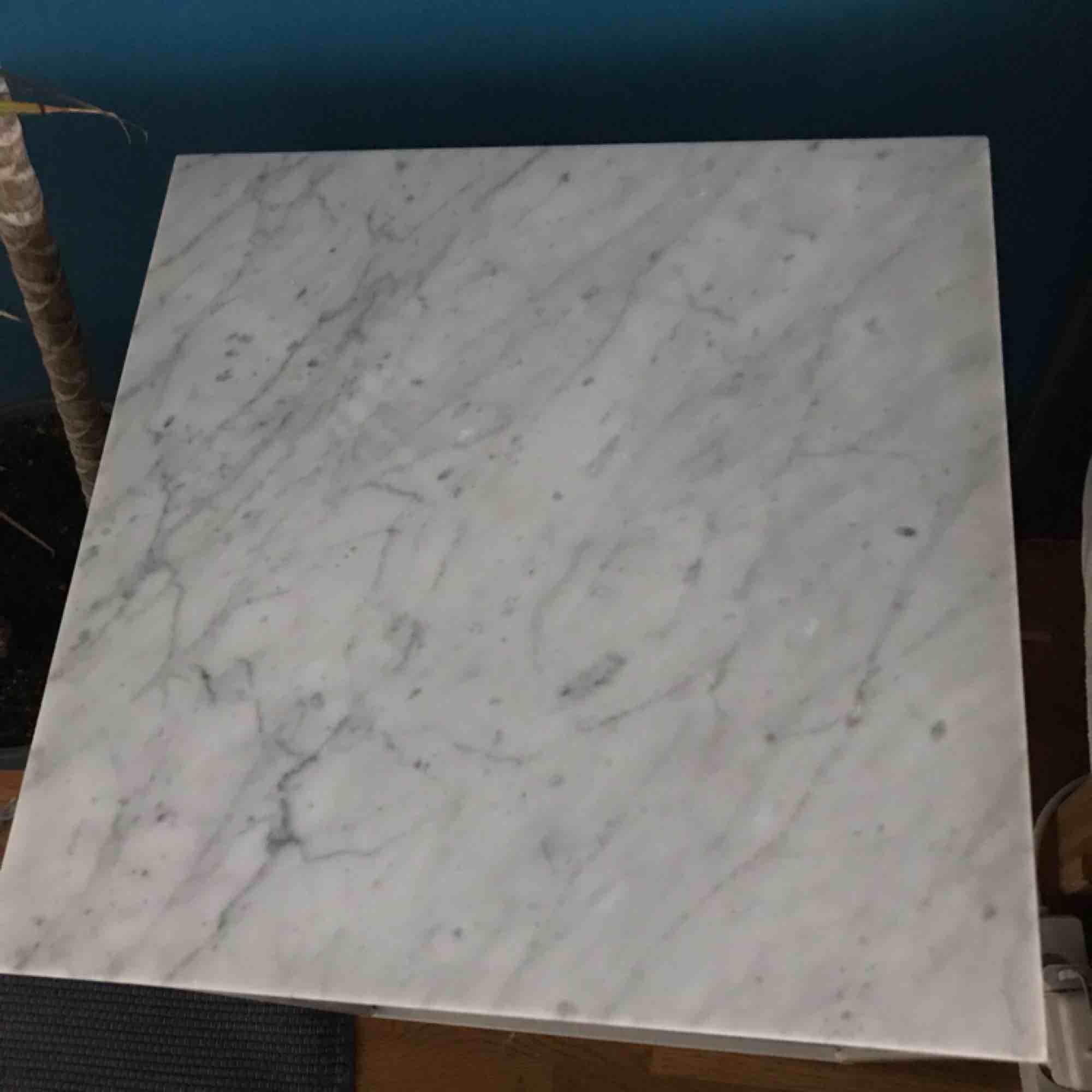 Litet marmorbord köpt för ca 2 år sedan på Åhléns för 1000kr. Jättebra skick. Jag använder det nu som nattduksbord. Hör av dig för detaljer, mått osv. Köparen får komma och hämta bordet.. Övrigt.