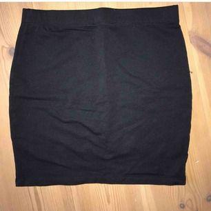Säljer två kortare kjolar (en i marinblått & en i svart) passformen är den samma för båda. Den kjol jag bär på bilden är i svart. Båda säljer jag för 40kr/st. Ena är från Cubus och den andra är från new yorker.