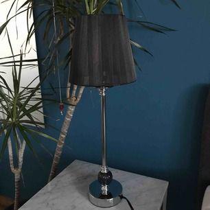 Lampa köpt på Mio. Transparent lampskärm. Fraktar inte.