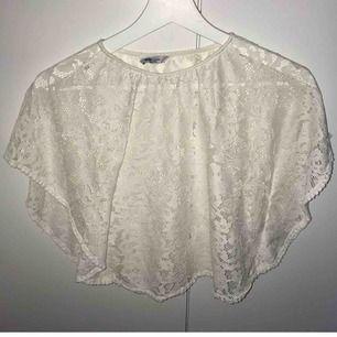 Fin spets tröja perfekt vid finare tillfällen, vida ärmar.