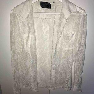 En fin spets-skjorta. Går att kombinera med många olika plagg