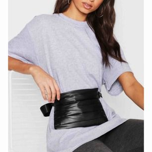 Perfekt grå oversized t-shirt från Boohoo, passar allt från XS-L beroende på hur man vill att den ska sitta! Ser ut som ny.