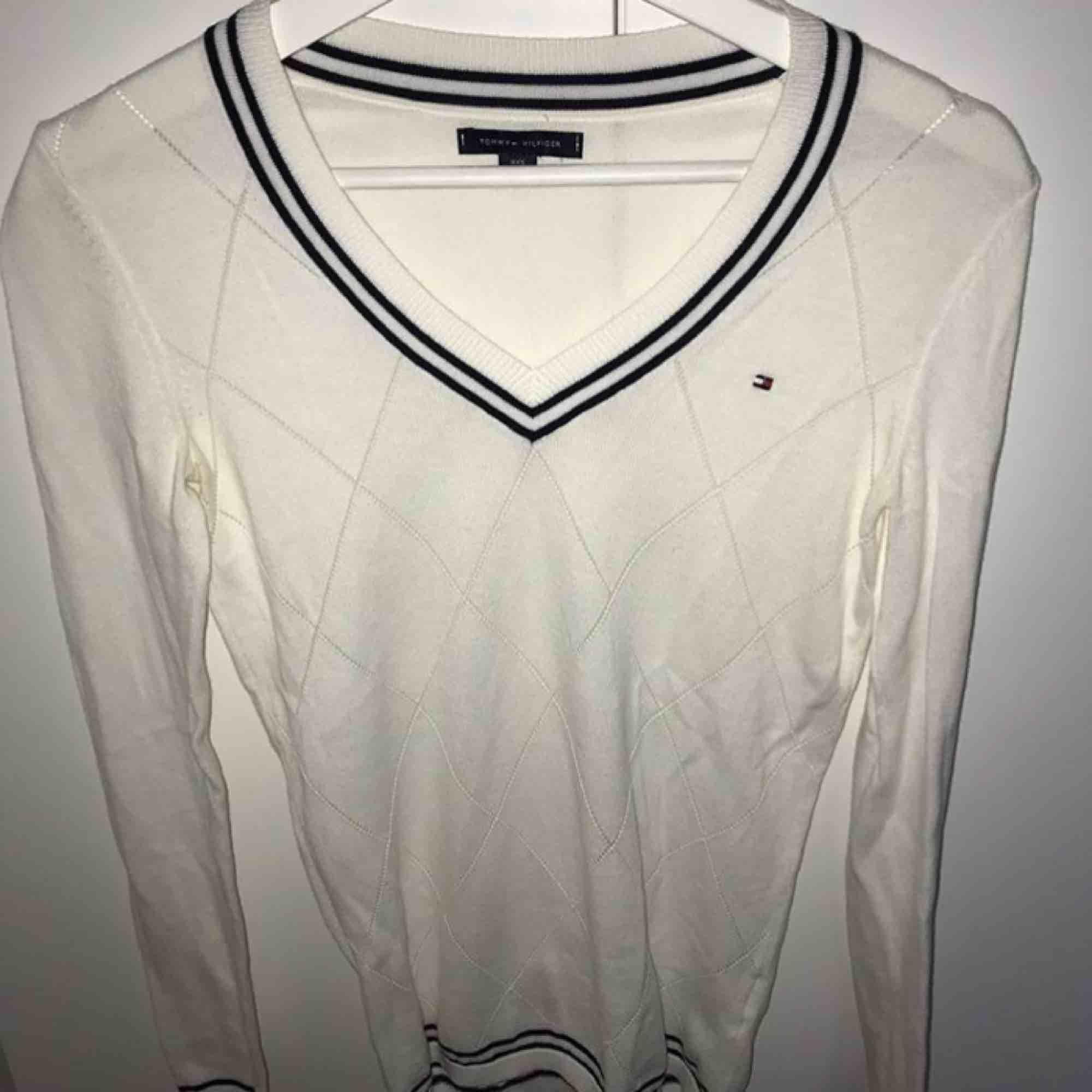 En jättefin v-ringad långärmad tröja från Tommy hillfiger. Den är i storlek xxs men passar mig som är xs/s. Frakt är inte inkluderat i priset. . Tröjor & Koftor.