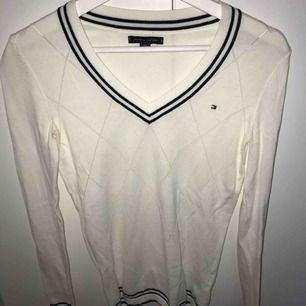 En jättefin v-ringad långärmad tröja från Tommy hillfiger. Den är i storlek xxs men passar mig som är xs/s. Frakt är inte inkluderat i priset.