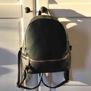 Söt ryggsäck med guld detaljer. Väldigt bra skick, bra kavlite. Frakt tillkommer❤️