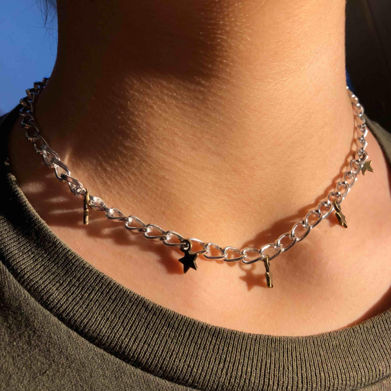 Säljer nu detta stjärnhalsband! Har endast 1 av varje halsband så var snabb med köpet 😜⚡️. Accessoarer.