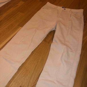 Vita machester byxor från Gina tricot. Storlek 40 passar 38. Använd 2ggr typ. Köpta för ca 399kr.