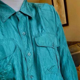 Silkesskjorta, ett litet hål se sista bilden +frakt