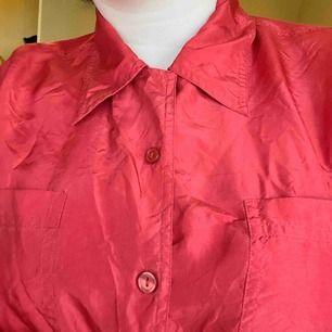 Röd silkesskjorta. +frakt