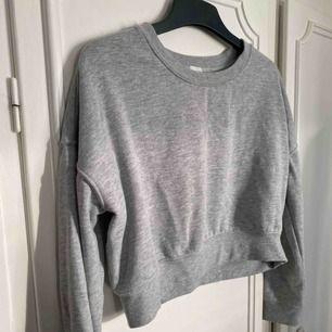 Croppad basic grå tröja från Bikbok, strl XS men passar även S. Ser ut som ny!🤩