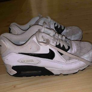 Skor köpta ca 2 år sen men används inte längre. De är ganska smutsiga med tanke på att de är vita men annars är dem bra.