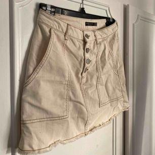 Söt beige kjol från Bershka, strl S men passar även XS🥰