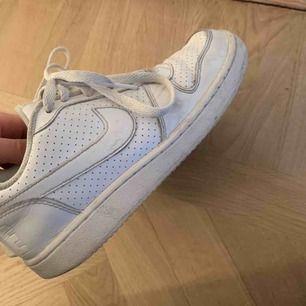 Supersnygga Nike airforce skor i storlek 37,5❣️säljer pga att jag precis köpt ett par likadana