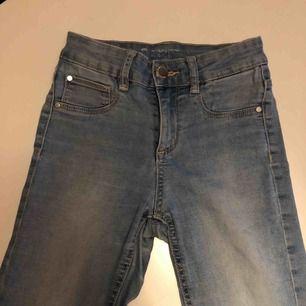 Jeans från Cubus🥰 Välanvända och lite slitna på vissa ställen men har inga hål och är i bra skick☺️ Köparen står för frakt:)