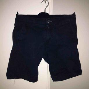 Snygga Selected / Homme shorts, kan användas vid högtider och som snygga vardagsshorts! Nyskick på dem då jag hittade dem i garderoben och hade växt ur dem. Frakt är inkluderad i priset!