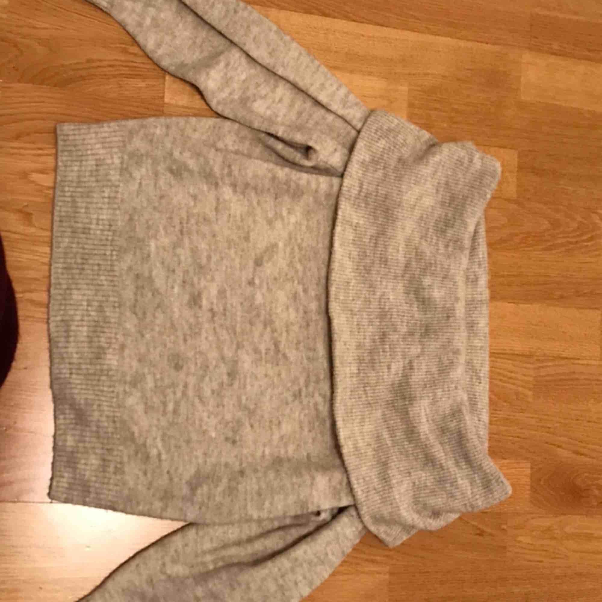 Sååå mysig tröja från H&M 🐻💕 Stickad off-shoulder som är perfekt inför hösten och vinter. (Kan mötas upp eller frakta. Köparen står för frakten och jag står inte för postens strul.) . Tröjor & Koftor.