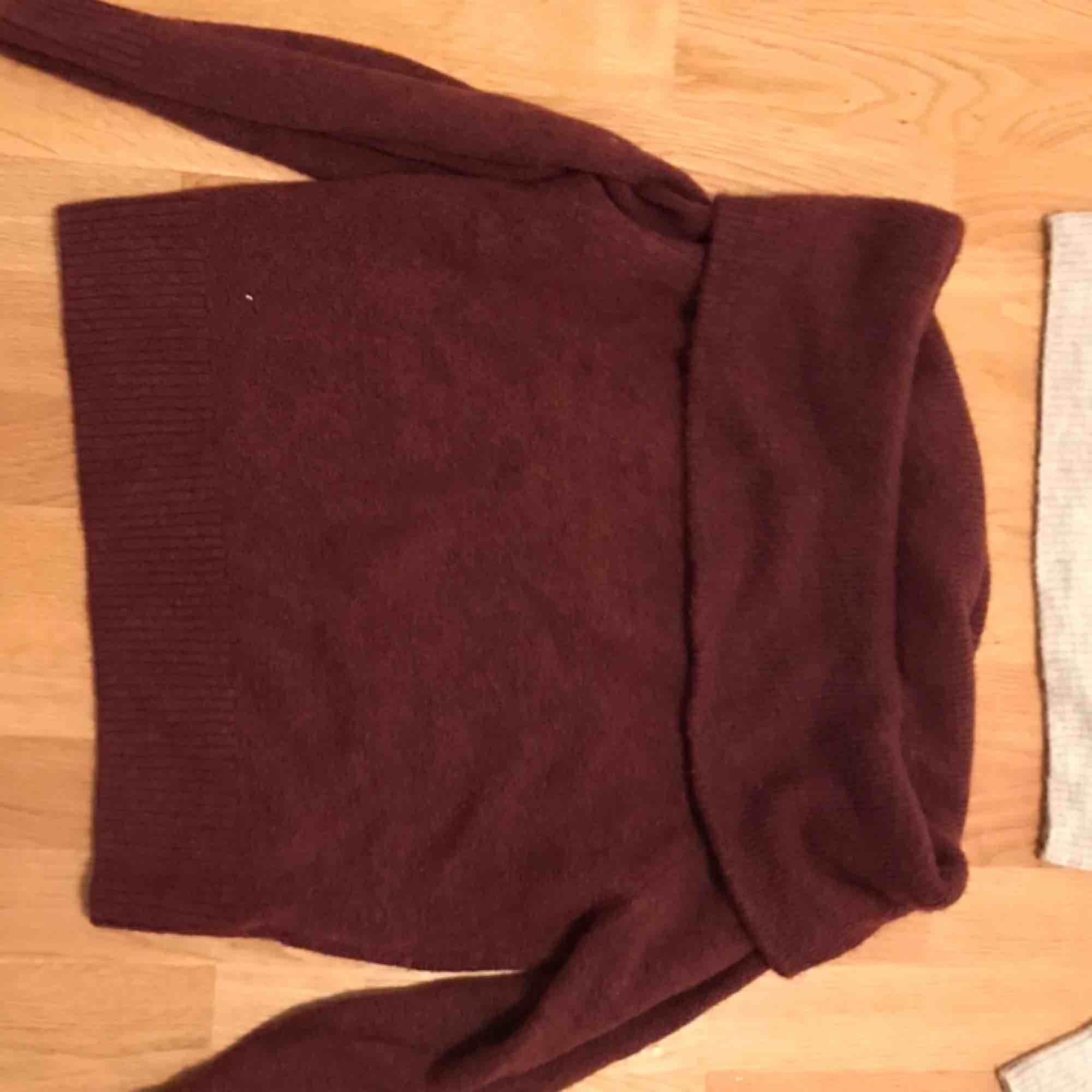 Gosigaste tröjan inför julen 😍😍 stickad off-shoulder som är så snyggt att matcha med både byxor och kjol. (Kan mötas upp eller frakta. Köparen står för frakten och jag står inte för postens strul.) . Tröjor & Koftor.