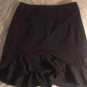 En fin svart kjol från forever21. Kjolen var tyvärr för liten för mig, därför är den endast testad😕dragkedja på baksidan! Köpt för ca 200kr. 110kr+frakt