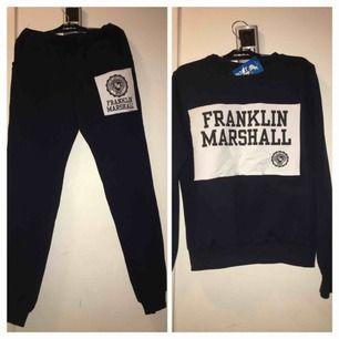 Komplett- en mörkblå tröja väldigt skönt och mjuk, och ett par mörkblå mjukis byxor 🦋 ny och oanvänd (köparen står för frakt)