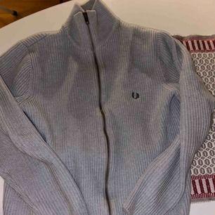 Fred Perry stickad zip tröja, condition 7/10, den har krympt lite i tvätten!