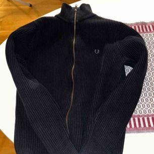 Fred Perry stickad zip tröja. Condition 7/10, inga fel med den bara att den har krympt i tvätten lite grann. Fläckarna på bilden var pga dålig kamera.
