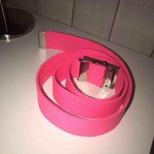 rosa bälte lite längre än 1 meter.