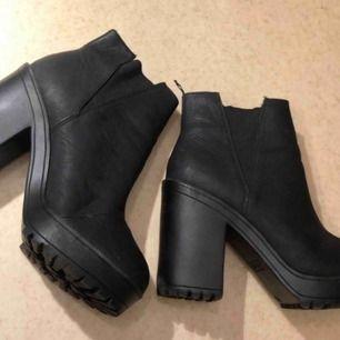Högklackade svarta boots