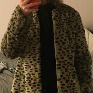 Stilig kappa i leopardmönster i strl L Kappan har längden 80cm och bredden 45cm, därmed passar den både som oversized som på mig eller figurnära.