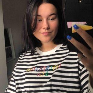 Superfin tröja från Levi's. Knappt använd därav fint skick. Storlek M, köpt för 449 men säljer för 250,Köparen står för frakten :)